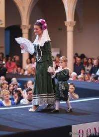 """Sara, durante el desfile de los trajes de Ana Mari Romero. Foto: PEDRO CHITO. """"RONDA ROMÁNTICA"""""""