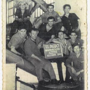 """ACEITE. La cooperativa del aceite se inauguró en 1959, en el Carro, y todavía se conserva la placa original. En esta imagen aparecen los trabajadores de la fábrica (finales de los sesenta): Juan Aguilera, Antonio Domínguez, Curro Martín, Pedro Cueto, Juan el del Correo, Sebastián Gámez, Pedro Guerras, un hermano de Leonor la de la Huerta Primera, y Juan """"el gorrión"""". Más información en este artículo de Rafael D. Cedeño http://bit.ly/1ygiJWl y éste otro sobre la inauguración en el blog de Rafael Vargas http://bit.ly/1otF1TG"""