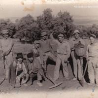 """CARBONEROS. Cuadrilla de carboneros en el año 1963, en un horno de la Cruz Blanca. Más información en este enlace del blog """"Setenil: Historia y Numismática"""" http://bit.ly/1mwnl5e"""