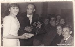 BODAS. Hasta los años '60 hubo una media de 31 enlaces matrimoniales de media por año. Las bodas eran un acontecimiento familiar, pero su celebración era mucho más sencilla. En la imagen vemos a Celestino Moreno y Celi repartir una copita a sus invitados, entre los que se encuentran la simpar Anita Moreno (mi tía) y su marido Antonio Zamudio.