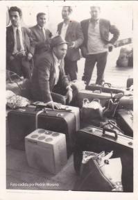 """LA EMIGRACIÓN. Una imagen clásica de nuestros pueblos es la de las maletas preparadas para el viaje a Suiza, Alemania, Holanda o Francia. Setenil ha perdido el 40% de su población desde 1960, año en que contaba con 5.005 habitantes. La emigración ha marcado de una u otra manera a todas las familias del pueblo. En la foto vemos a Celestino Moreno, que se marchó a Alemania. Dos millones de españoles emigraron en los '60 y sus remesas financiaron parte del desarrollo español de esos años. A mediados de los años '70 se produjo un cierto retorno por la crisis del petróleo. Más información en este artículo de Moisés Zamudio http://bit.ly/1sqgZKu y en este otro del blog """"Setenil Rural"""" que nos relata el encuentro de 250 setenileños emigrados en una comida en el Retiro de Madrid http://bit.ly/1sLaAuW"""