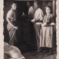EL PAN DE CADA DÍA. Horno en la calle Alta, en la casa de Pedro Moreno y María Camacho, que repartían pan para el campo. Esta foto es de finales de los años cuarenta. Entre 1944 y 1946, España vivió la peor sequía del siglo y la falta de trigo por el aislamiento internacional provocó que se endureciera el racionamiento. El estraperlo se generalizó y los precios se duplicaron. Hasta 1952 no se pudo comprar pan libremente.