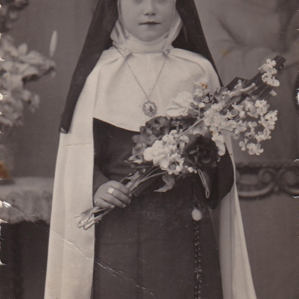 COMUNIÓN. Maruja Andrades, retratada por su primera comunión. El traje simula a Santa Teresa de Jesús. Se lo hizo Dolores Jurado.