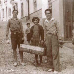 PESCADEROS. Sebastián Sánchez El Gori y Pedrín Andrades con una cajita de pescado, en los años cincuenta. Tienen 14 o 15 años. En medio de ambos, Rosarito Ruiz. El pescado lo recogían en un burro en la estación de Setenil, donde llegaba mercancía para toda la comarca.