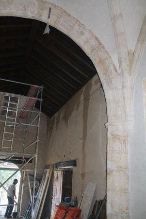Imagen de la nave desde el altar, con la nueva puerta abierta al fondo. Foto: RAMÓN VÁZQUEZ