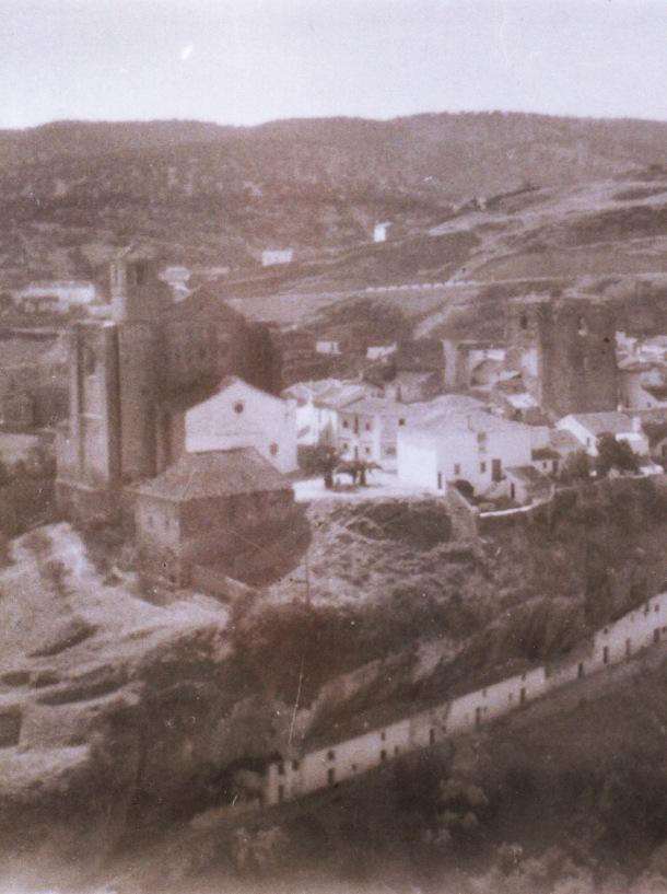 Detalle de la imagen anterior, centrada en la plaza de la Villa, antes de que se acometiera a finales de los años sesenta el que quizá sea el mayor atropello urbanístico de Setenil.
