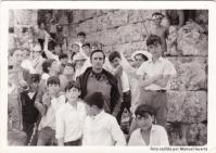 """""""EL CASTILLO"""". Ahora que los jóvenes más privilegiados disfrutan (o disfrutaban) de """"erasmus"""" por Europa, no está de más recordar que la excursión más larga que muchos podían hacer hace unos años era la escapada al """"castillo"""" de Ronda la Vieja, como se conocía a la ciudad romana de Acinipo y donde los niños jugaban (jugábamos) con entera libertad entre las """"piedras"""" de este valiosísimo yacimiento arqueológico. Esta imagen es del 24 de abril de 1969. Con los maestros Don Francisco y la Señorita Chelo, aparecen Antonio Guerra, Antonio Guerra, Cristóbal Rivera, Jesús Robles, Manuel Piedra Laín, José y Rafael Anaya, Francisco Jurado, Bernabé Peña, Antonio Benítez, Juan Zamudio, José Benítez Moreno, Cristóbal Durán, Francisco Andrades, José Durán, Andrés Fernández o Mario García. La relación de nombres la hizo """"Setenil Rural"""" http://goo.gl/CnLDTK . Fotos cedidas por Manuel Guerra."""