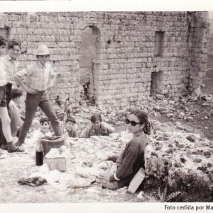 """""""EL CASTILLO"""". Ahora que los jóvenes más privilegiados disfrutan (o disfrutaban) de """"erasmus""""por Europa, no está de más recordar que la excursión más larga que muchos podían hacer era la escapada al """"castillo""""de Ronda la Vieja. Esta imagen es del 24 de abril de 1969. Con los maestros Don Francisco y la Señorita Chelo, aparecen Antonio Guerra, Antonio Guerra, Cristóbal Rivera, Jesús Robles, Manuel Piedra Laín, José y Rafael Anaya, Francisco Jurado, Bernabé Peña, Antonio Benítez, Juan Zamudio, José Benítez Moreno, Cristóbal Durán, Francisco Andrades, José Durán, Andrés Fernández o Mario García. La relación de nombres la hizo """"Setenil Rural"""" http://goo.gl/CnLDTK . Fotos cedidas por Manuel Guerra."""