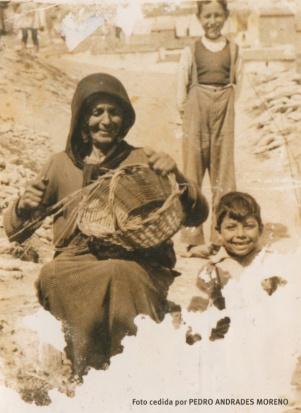 CANASTOS. Catalina la Gitana haciendo canastos en una imagen tomada en el Carril hace unos 60 años. En primer plano, Pepe, el hijo de Carmela, y atrás aparece Antonio el Francés.
