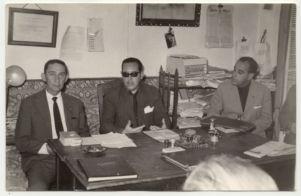 ALCALDE. El alcalde de Setenil, José Aguilera, junto a parte de la comitiva del Gobernador Civil de Cádiz en su visita de 1965.