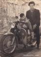 """COMO UNA MOTO. España estaba casi en bancarrota y Franco se vio obligado a un giro económico en 1959. El Plan de Estabilización abrió las fronteras al capital extranjero y llegaron los anuncios de motos y electrodomésticos. El No-Do lo calificó como """"milagro español"""". La peseta se devalúa casi a la mitad de su valor y hubo una emigración masiva del campo la ciudad. En la imagen vemos a Eduardo Hidalgo y su hijo Alfonso por esos años."""