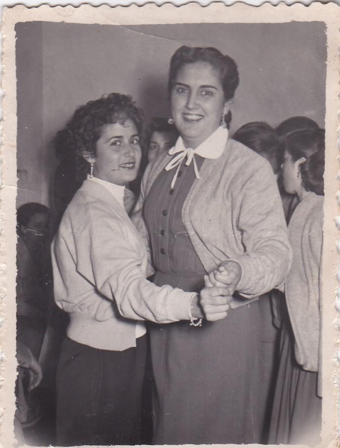 EL BAILE. Juana Marín y Mari la de Fernando el municipal, en una imagen de los años '50 en el baile del antiguo cine que llevaba Antonio Mollete. Había otra sala con un billar en el antiguo mercado del pecho de la plaza.