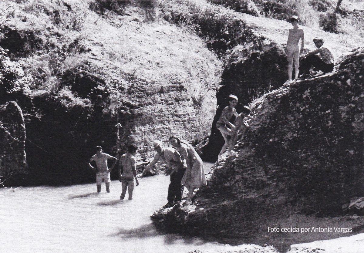 BAÑOS EN EL RÍO. La familia Vargas se divierte en el Charco de la Viga. Años setenta.