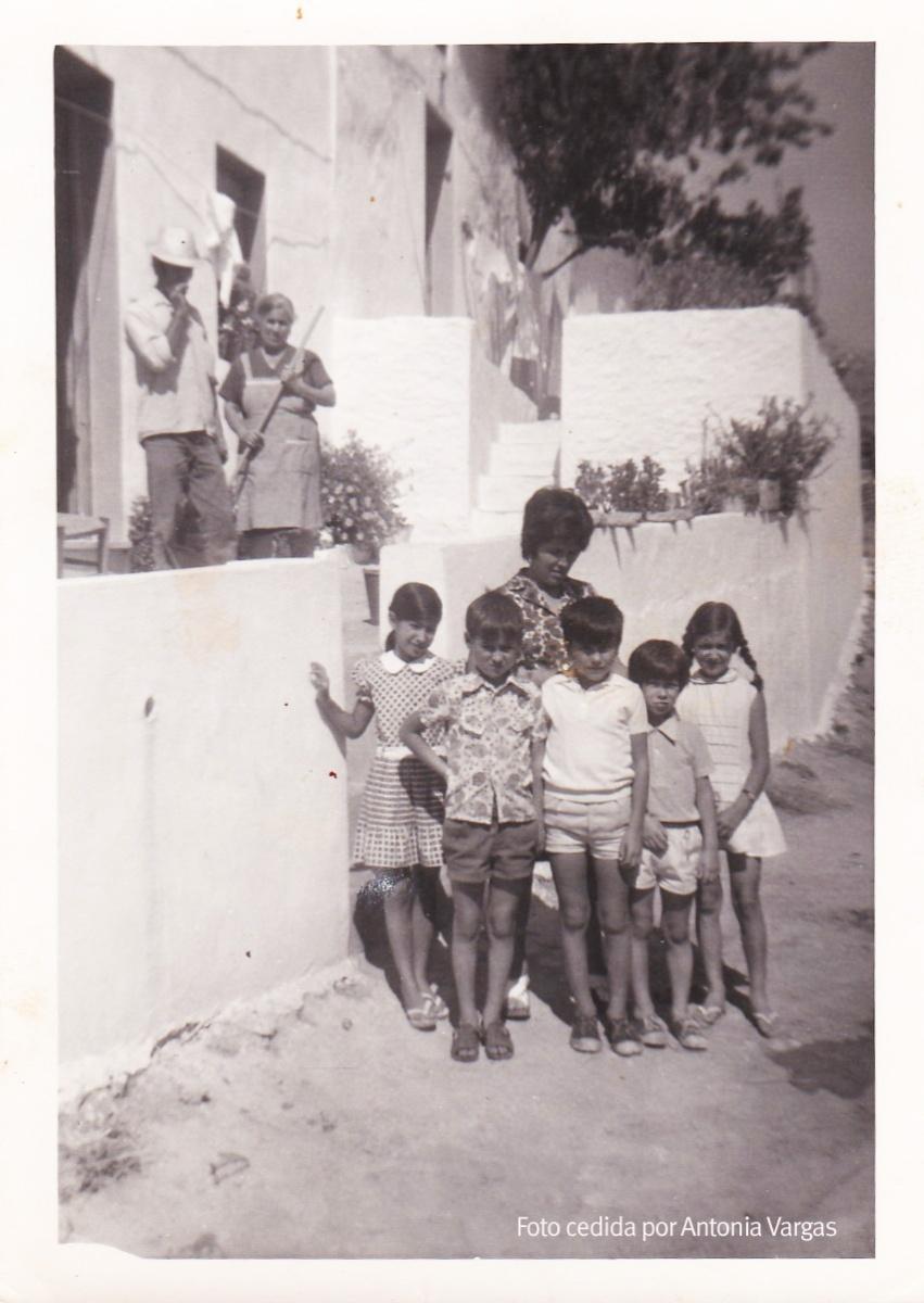 LA VIDA EN EL CERRILLO. Antonio Vargas y Josefa Pérez. Delante, sus hijos: Inés, Pepi, Miguel y Paco.