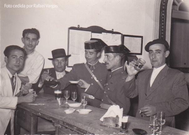 """CASINO VIEJO. Este bar estaba en la actual casa de Candidita, en la plaza. El primero por la derecha, con gorra y copa en alto, es José Villalón Ramírez. A su lado, el cabo Montero, el guardia Cabrera, el """"Bayusco"""", Paquito Jesús, y Paco el Gorrión."""