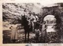 LA VIDA EN EL RÍO. El cauce del Guadalporcún fue siempre la principal calle de Setenil, donde las mujeres lavaban la ropa, se soltaban los animales y jugaban los niños. En la imagen aparece José Villalón, en el centro. Detrás el histórico puente del bar Mollete que se llevó por delante la canalización del río.