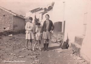 CERRILLO. Paca Vílchez, Marefa, y su prima Josefina, en una imagen más abajo de Las Flores. Esta imagen es de 1968.