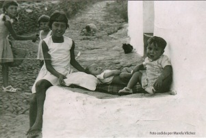 JUEGOS EN LA CALLE. Es habitual decir que los niños en Setenil se han criado en la calle. Aquí vemos a Josefina, José, y Juan Antonio el Coqui en la puerta de la casa de su abuela, casi en enfrente de Las Flores, en 1964.