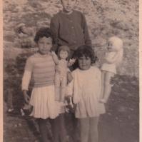 JUGUETES. Paca Vílchez, Marefa y su prima Mari Carmen, jugando con unas muñecas en El Alhambique.