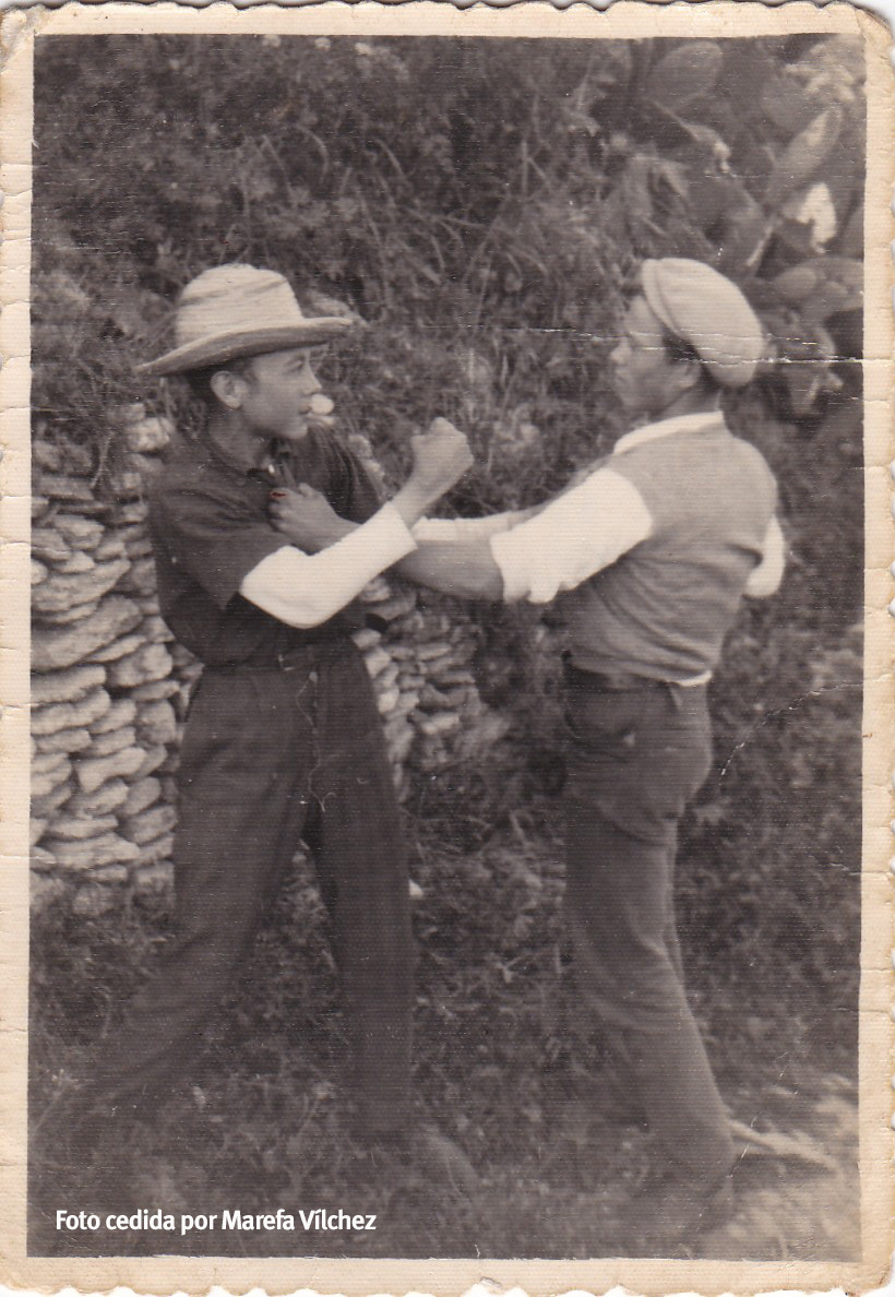 LA LUCHA. En la imagen, Sebastián Vílchez y Antonio el de Gloria en 1957 simulan una pelea. La lucha siempre ha sido el juego favorito de lo setenileños en las décadas pasadas.