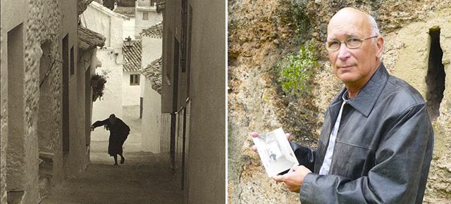 Postal de la Calle Herrería de Setenil. El autor de la foto, Javier Andrada, la muestra delante de la muralla de la Macarena, en Sevilla. Foto: PEDRO ANDRADES