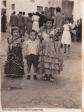 LA FERIA EN LA PLAZA. En esos años la Plaza era el centro del pueblo. En esta imagen intuimos la animación durante la feria del pueblo y vemos un posado de Paquita Moreno, con Carmen Peña al fondo. FOTO CEDIDA POR RAFAEL CORRAL Y CARMEN PEÑA.