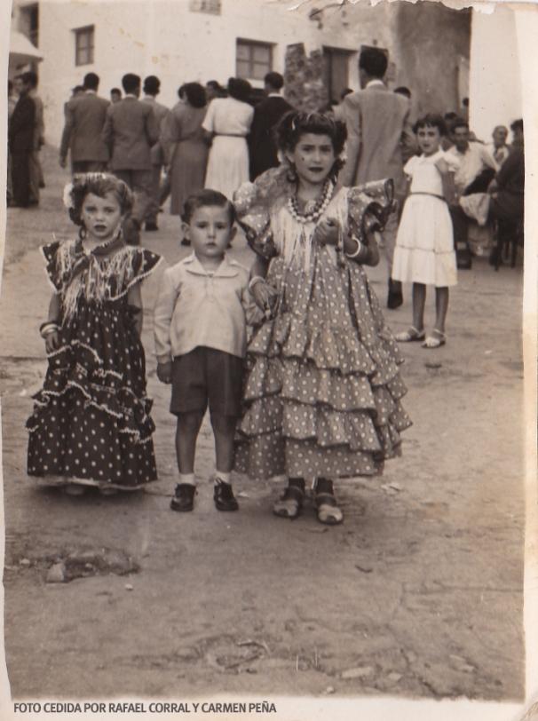 LA FERIA EN LA PLAZA. En esos años la Plaza era el centro del pueblo.En esta imagen intuimos la animación durante la Feria y vemos un posado de Paquita Moreno, con Carmen Peña al fondo. FOTO CEDIDA POR RAFAEL CORRAL Y CARMEN PEÑA.