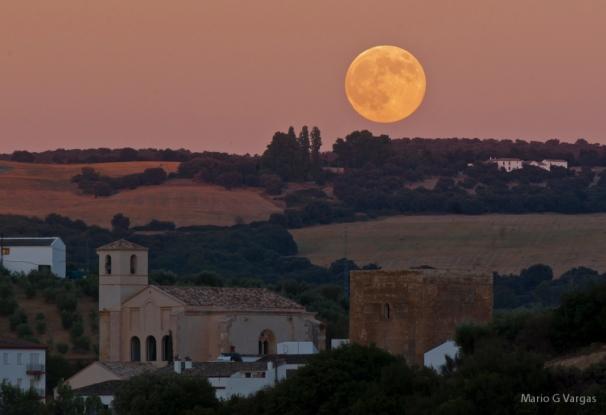 """Esta fabulosa imagen de la """"superluna"""" de agosto, que publicó Mario García Vargas en su blog, es un alarde técnico y de composición de un hecho tan excepcional como este fenómeno óptico (""""luna de perigeo"""") que se pudo contemplar durante el verano de 2015 en distintos puntos de la Tierra. En la fotografía se puede apreciar cómo esa pletórica luna corona el caserío de nuestro pueblo y envuelve con una luz crepuscular el monte de Escalante. Más imágenes similares en este enlace https://goo.gl/F4rar0 Foto: MARIO GARCÍA VARGAS"""