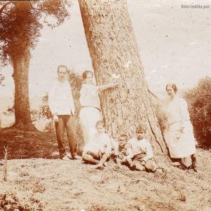 """LOS CORTIJOS. Esta fotografía del Tejarejo, uno de los emblemáticos cortijos de Setenil, es de principios de siglo. Aparece en la misma Emilio Opelt del Castillo, Magistrado de la Audiencia de Madrid y futuro heredero de este señorial latifundio. Fue fundado en 1835. En un excelente artículo de """"Setenil Rural"""" podéis ver toda la historia de esta propiedad que dan forma al horizonte de Setenil con sos majestuosos pinos. Foto cedida por Manuel Guerra."""
