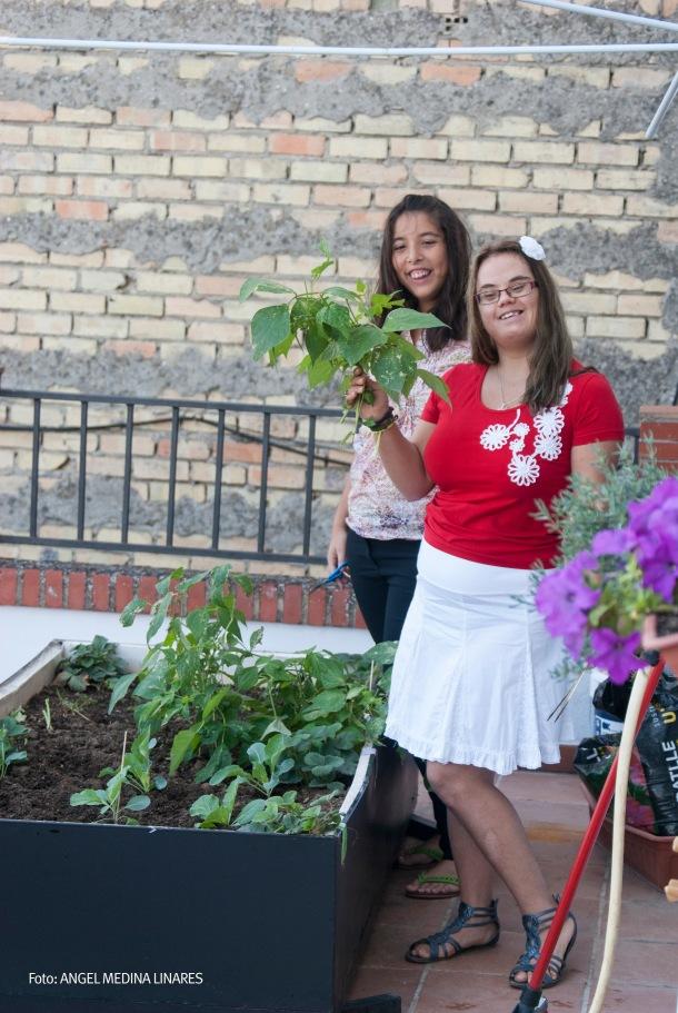 Bárbara, con su maravillosas carcajadas, y la presumida Belén posan en el huerto. Foto: ÁNGEL MEDINA LINARES