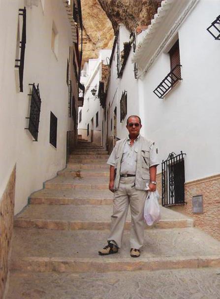 """EN BUSCA DE SU ORIGEN SETENILEÑO. Ricardo Garijo (1953-2009), autor de """"Los cielos de piedra"""", en una de sus dos visitas a Setenil, bajo ese otro cielo de roca, el de nuestro pueblo en La Herrería. Garijo, hijo de la setenileña Maruja Andrades (hermana de mi abuelo paterno), dotado de un infinito sentido del humor, fue uno de los grandes dibujantes argentinos y destacó con sus tiras de ciencia ficción y de aventuras bélicas. Publicó desde los años '80 en diarios de Buenos Aires y en revistas de Barcelona, Escocia y más recientemente en Estados Unidos. También es autor de la novela """"El fuego"""" y recibió el Premio Nacional argentino por su relato """"Los trenes"""". Los que le conocimos encontramos en él a un comensal divertido e incansable, dotado de una finísima ironía y capacidad para el diálogo. Para conocer más sobre su trabajo pinchar en este enlace http://bit.ly/VGFhTD"""