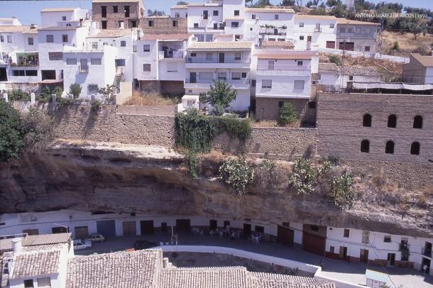 VIDAS PARALELAS. Las Cuevas del Sol y el Cerrillo, calles superpuestas en la original disposición urbanística de Setenil. Foto: ANTONIO SUÁREZ DE ARCOS.