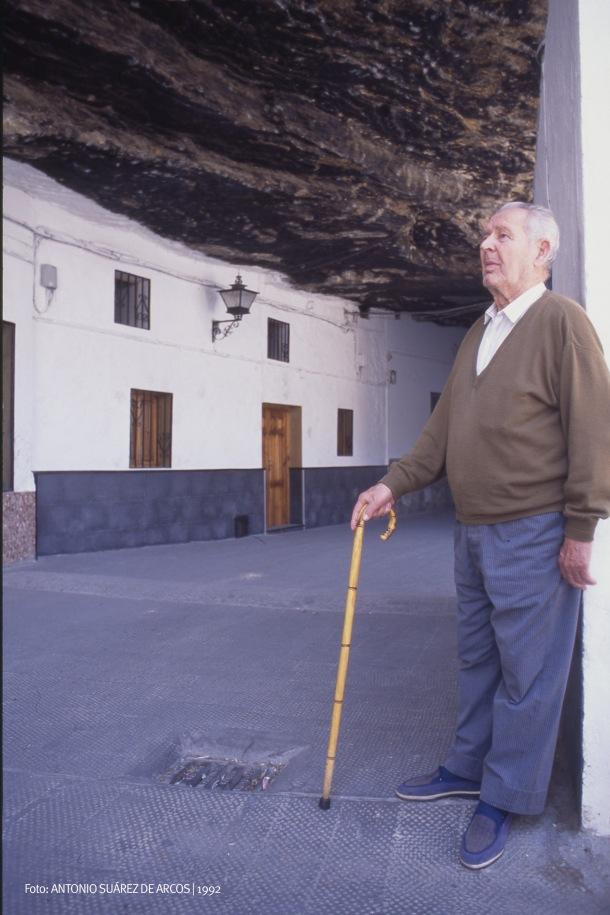 BAJO LAS CUEVAS DE LA SOMBRA. José Domínguez, el padre de Frasquito, posa en las Cuevas de la Sombra, que presenta un aspecto muy distinto al actual y del que tenía en los años sesenta. De ser prácticamente un sitio de paso, este lugar único se ha convertido en el mayor reclamo turístico de Setenil. No hay visitante que no pase a hacerse una foto bajo ese techo de roca. Foto: ANTONIO SUÁREZ DE ARCOS.