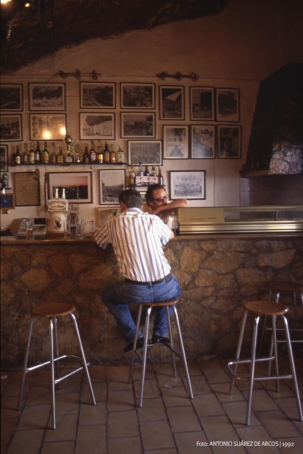 """""""LA TASCA"""" Y LA TOSCA. Es un clásico de Setenil, seguramente el primer bar que hizo visible la roca, la """"tosca"""" como decían todavía los mayores y que sirvió de base para el apodo usado en Alcalá del Valle para referirse a los setenileños: los tosquizos. En la imagen vemos a Miguelito el de los Burros, fundador (junto a su hermano Paco) del bar-cueva que gestionan desde hace años Pepe Cubiles y Tere Hidalgo. Como si fuera una foto dentro de otra foto vemos una galería de imágenes históricas del Setenil en blanco y negro, muchas de las cuales podéis consultar en este enlace http://bit.ly/1mculGl Foto: ANTONIO SUÁREZ DE ARCOS."""