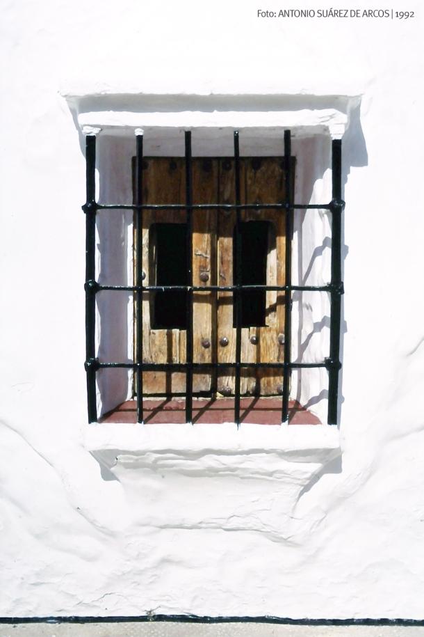 LA CAL PERDIDA. Los tiempos cambian y en los pueblos se ha perdido la cal en las paredes, que no siempre se ha sustituido por pintura blanca. Esta detalle de la conocida ventana de la calle Triana nos muestra algo de la belleza por la que es admirada la Ruta de los Pueblos Blancos y que moviliza la visita del turismo urbano. Setenil es conjunto Histórico Artístico desde 1985. Foto: ANTONIO SUÁREZ DE ARCOS