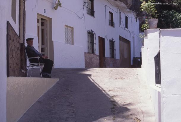"""LA SILLA EN LA PUERTA. En esta imagen vemos a Sebastián """"El Vizquito"""", tomando el fresco en su puerta, en la Cantarería Alta, una tradición de esos años que ya se ha perdido. Foto. ANTONIO SUÁREZ DE ARCOS"""