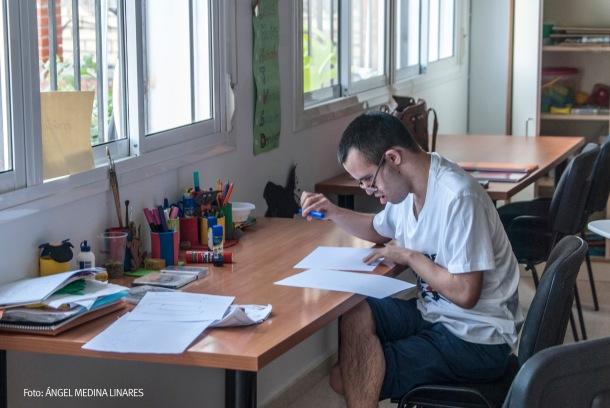 Gracias a su esfuerzo y constancia, Juan Ramón ha conseguido distinguir todos los números y escribir diferentes palabras y dibujarlas. Foto: ÁNGEL MEDINA LINARES.