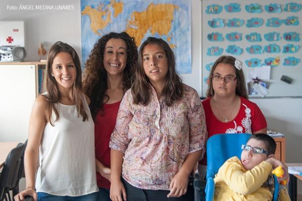 De izquierda a derecha, Carmen González Guerrero y Paqui Aguilera posan con Bárbara, Belén y Miguel, en la sede que tienen en el Colegio de San Sebastián. Foto: ÁNGEL MEDINA LINARES