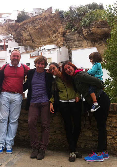 Antonio de la Torre posa en Las Jabonerías junto a su hermano Javier, Rosario, Raquel y su guapísima hija Martina. Al fondo se ve la calle Herrería, embutida bajo la muralla de Setenil. Octubre de 2014. Foto: IMAGINA SETENIL
