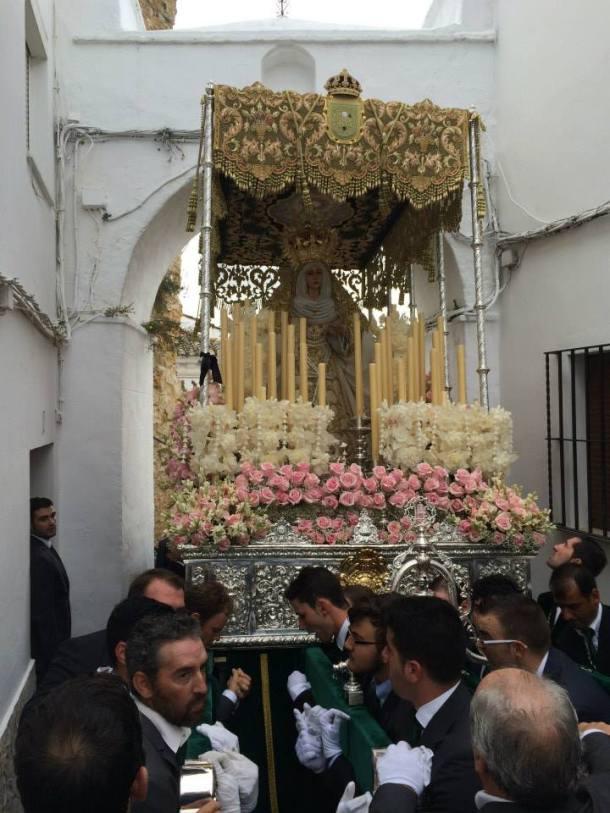 Los costaleros portan en brazos el trono para permitir su paso de regreso por el arco de la Villa. Foto: JACOBO DÍAZ