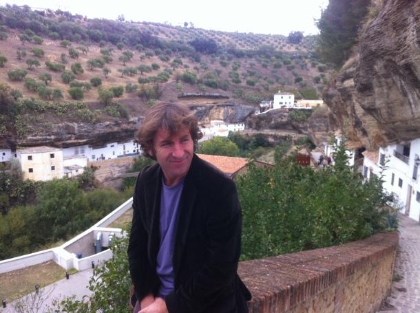 El actor Antonio de la Torre, en la calle Calcetas de Setenil, con Las Cabrerizas al fondo. Octubre de 2014. Foto: IMAGINA SETENIL.