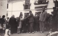 Setenil 1965: Las fotos de Juman, el hijo de Pericón de Cádiz. El gobernador civil de Cádiz, en el Cantillo con la madrina de la calle, Maruja Andrades. Foto: JUMAN. Más información aquí http://bit.ly/1JOIp49
