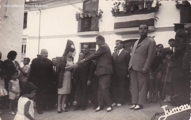 El gobernador civil de la época, Santiago Guillén, inagurando un tramo de calle en el Cantillo, con la madrina de este tramo, Maruja Andrades. Foto: JUMAN