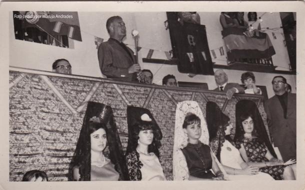 El Gobernador Civil, Santiago Guillén Moreno, pronuncia su discurso en la Plaza, delante del antiguo casino. Al fondo reconocemos a Juan Luque y a su hija Mari. Foto: JUMAN