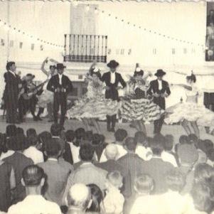 La Agrupación Flamenca Andalucía actúa en la Plaza de José Antonio, que así se llamaba entonces, durante la Feria de agosto de 1965. Foto: JUMAN