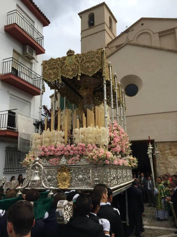 Recogida de la procesión, con la iglesia recién restaurada al fondo. Foto: JACOBO DÍAZ