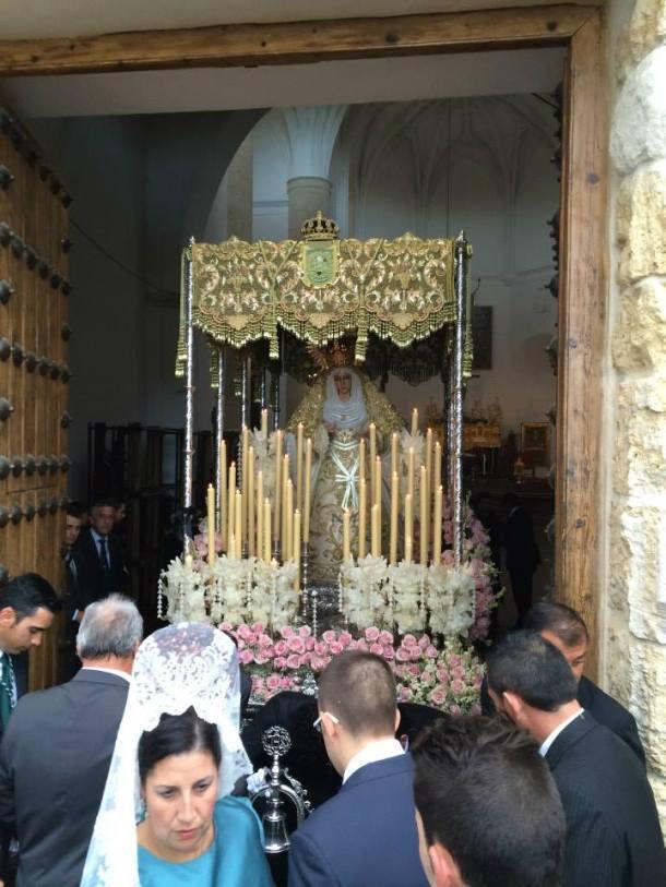 La Virgen de los Dolores de Los Blancos salió de día a una hora inhabitual, lo que nos deparó imágenes inéditas de su recorrido por la carrera oficial. Foto. JACOBO DÍAZ