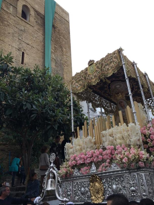 La Virgen de los Dolores enfila su tramo final del recorrido con el Torreón engalanado para el encuentro de las hermandades de la Vera+Cruz. Foto: JACOBO DÍEZ.