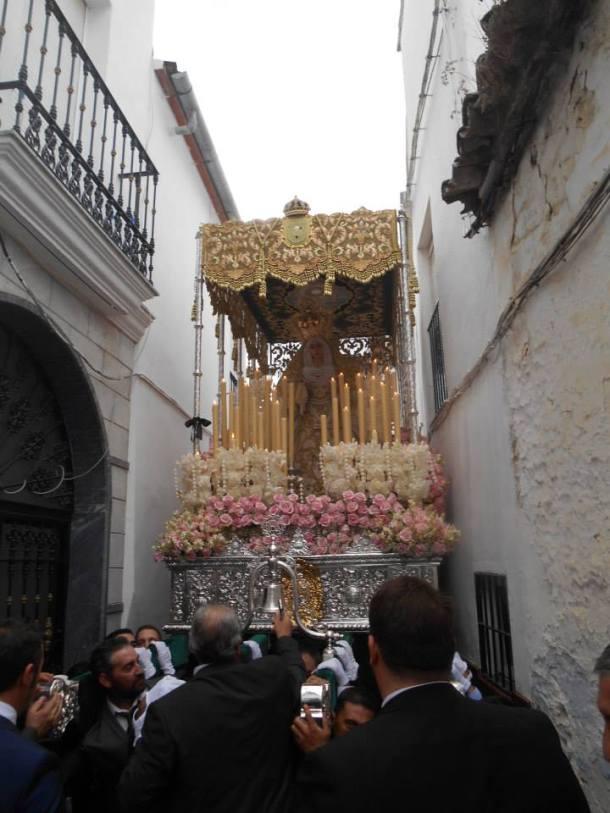 La procesión, a su paso por la ajustada Calle Alta. Foto: JUAN SÁNCHEZ
