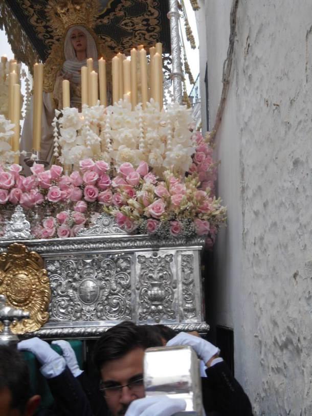 El trono de la Virgen, pegado a la cal. Foto: JUAN SÁNCHEZ.